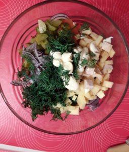 Салат с копченой курицей и солеными огурцами